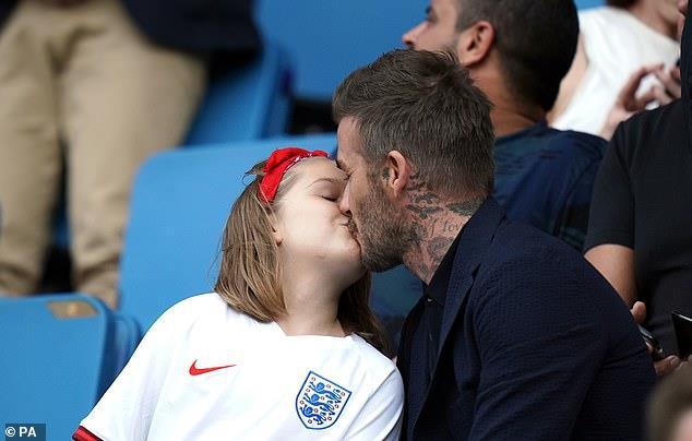 Beckham hôn môi con gái