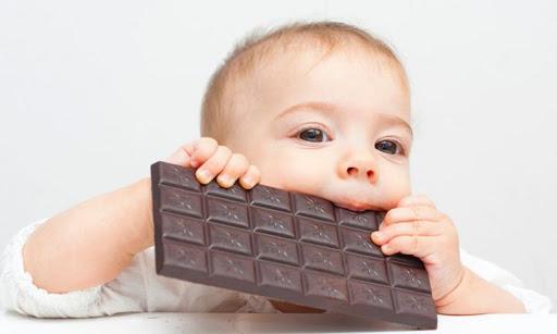 Bé mấy tuổi ăn được socola?