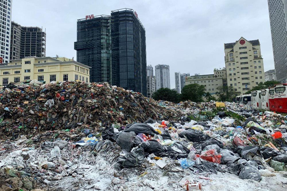 """Kinh hoàng """"núi rác"""" khổng lồ"""