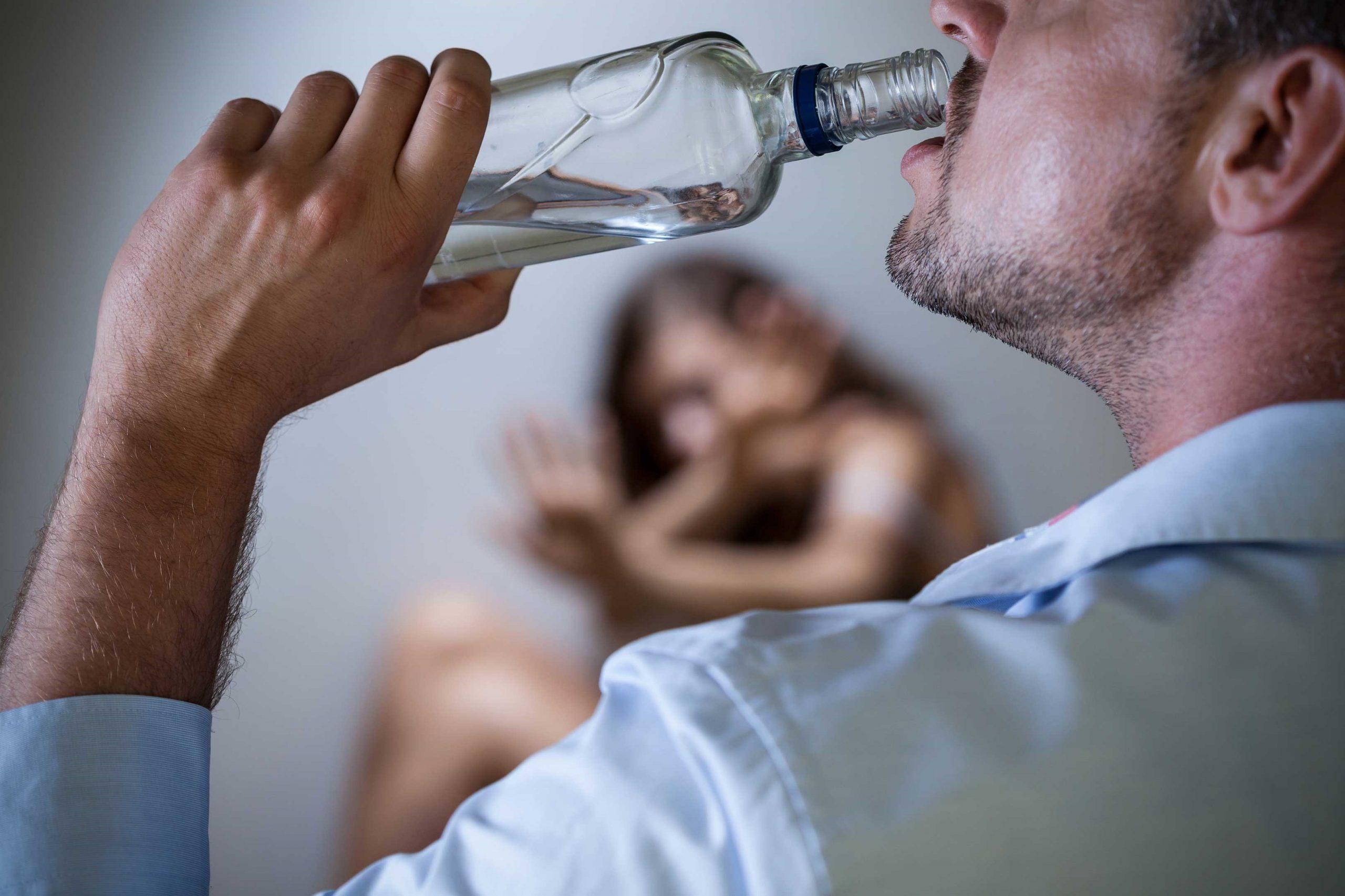 đàn ông uống rượu