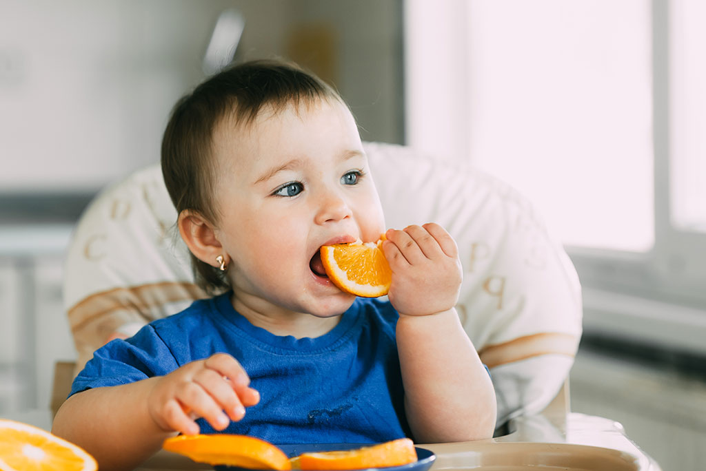 cho trẻ tập ăn hoa quả