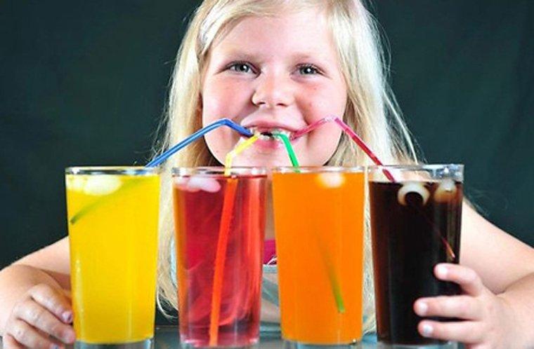 trẻ thường xuyên uống nước ngọt