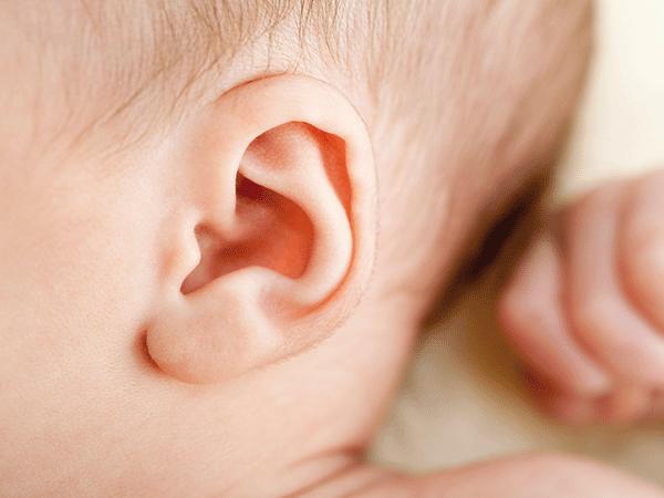 trẻ bị viêm tai giữa