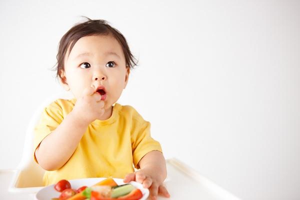 cho trẻ ăn trái cây