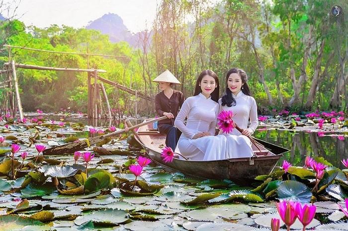 Suối Yến - Chùa Hương rực hồng màu hoa súng cuối mùa