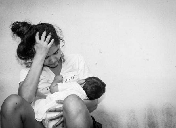 Mẹ cho con bú thử que 2 vạch có phải mang thai hay không?