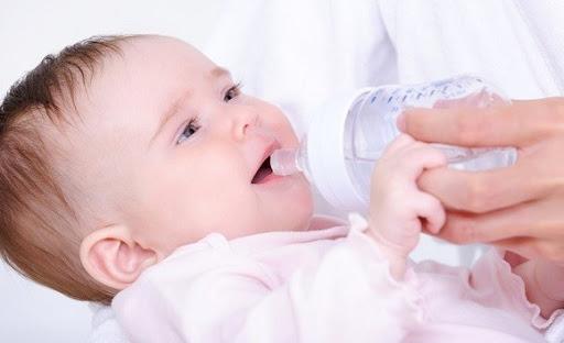 cho trẻ sơ sinh uống nước