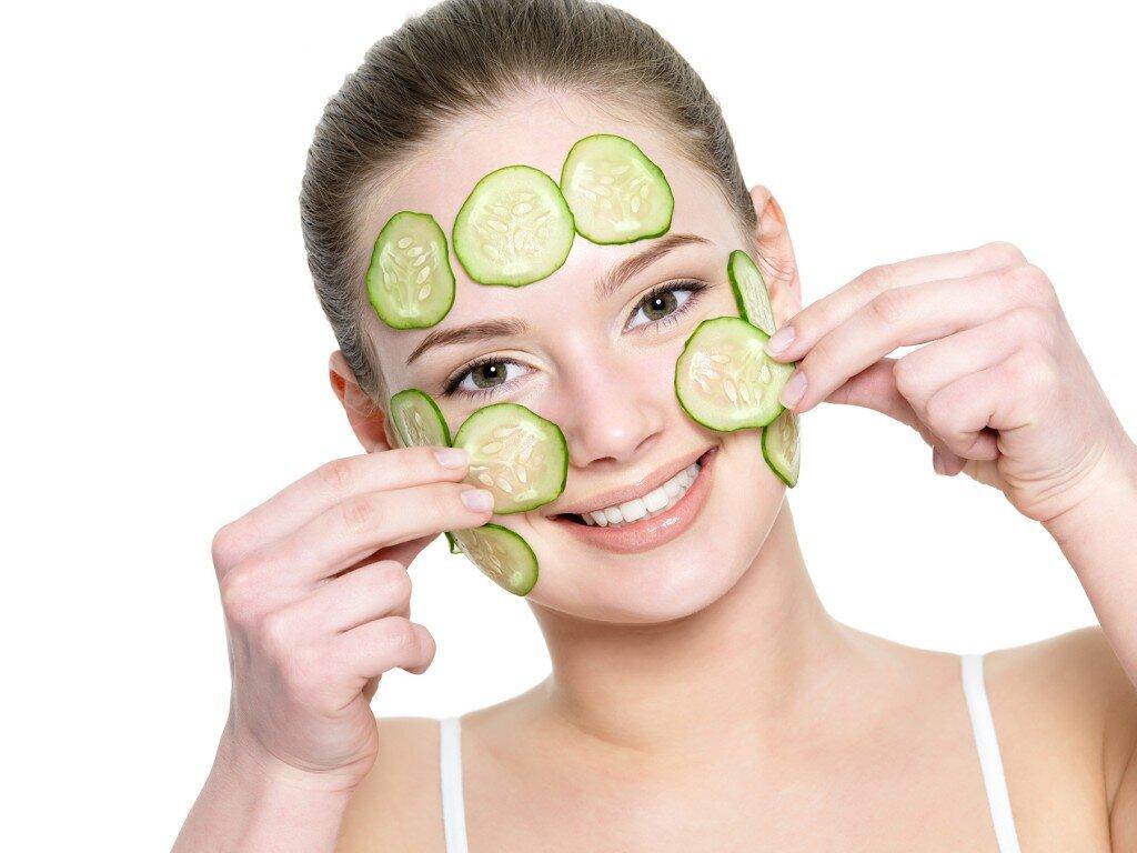 Khi mang thai mẹ có thể chăm sóc da mặt bằng cách đắp mặt nạ thiên nhiên.