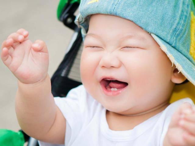 Khi mọc răng, bé thường hay cắn, gặm bất kỳ đồ vật nào cầm được.