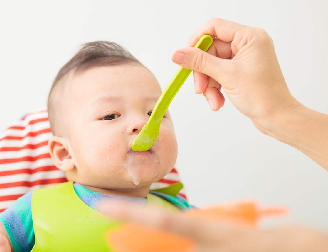 Thực đơn ăn dặm cho bé 7 tháng vẫn cần được chế biến thật mềm, mịn nhưng con đã có thể ăn đặc hơn một chút so với thời điểm 6 tháng