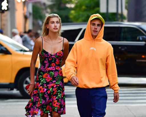 Vợ chồng Justin Bieber tình tứ ôm nhau tại nhà hàng
