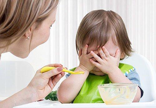 Trẻ 1 tuổi biếng ăn mẹ cần phải làm gì? Giải pháp giúp trẻ hết biếng ăn
