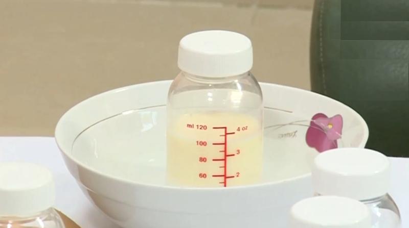 Phần sữa thừa sau khi hâm nóng nếu dư không nên cho vào tủ lạnh hay tiếp tục trữ đông.