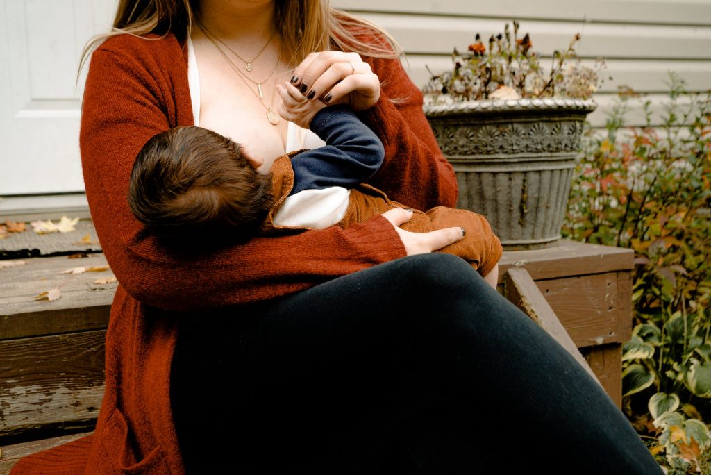 Hành động bé cắn vú mẹ khi bú là hết sức phổ biến không quá xa lạ với những ai nuôi con bằng sữa mẹ