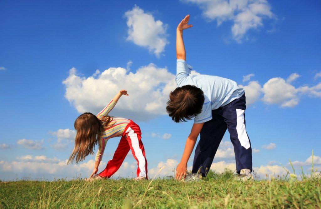 Bé 4 tuổi có thể tập các môn thể thao như bơi lội, đạp xe, bóng rổ…