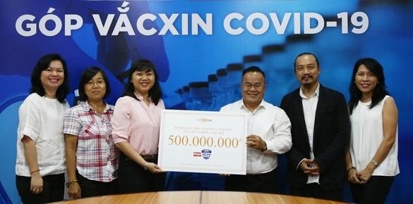Đạo diễn Cao Trung Hiếu thay mặt Hà Anh Tuấn và khán giả trao số tiền cho đại diện quỹ vắc xin covid 19.