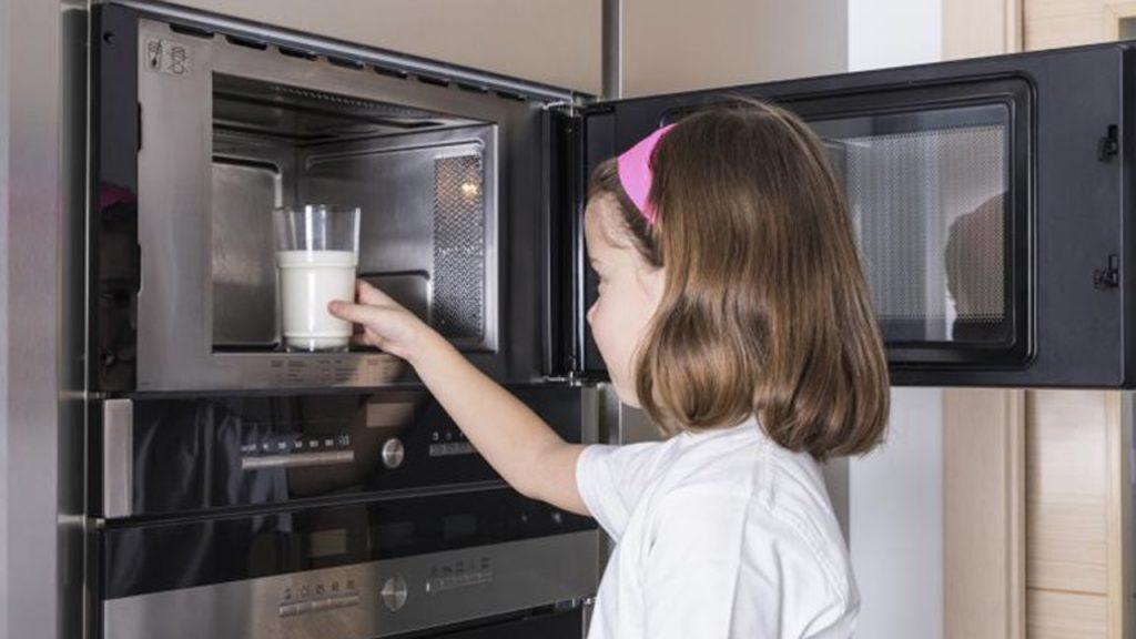 Hâm nóng thức ăn cho bé bằng lò vi sóng vừa nhanh vừa tiện