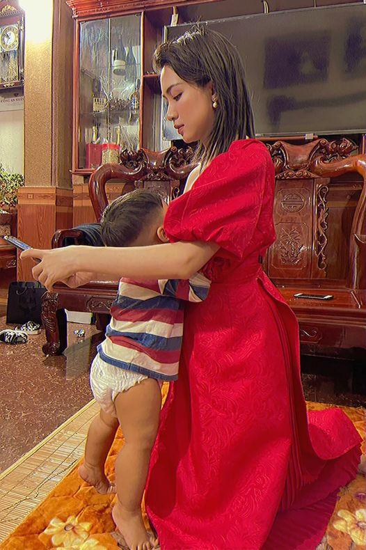 Hòa Minzy khoe ảnh cho con bú trong khi đang mặc trang phục lộng lẫy và chưa tẩy trang