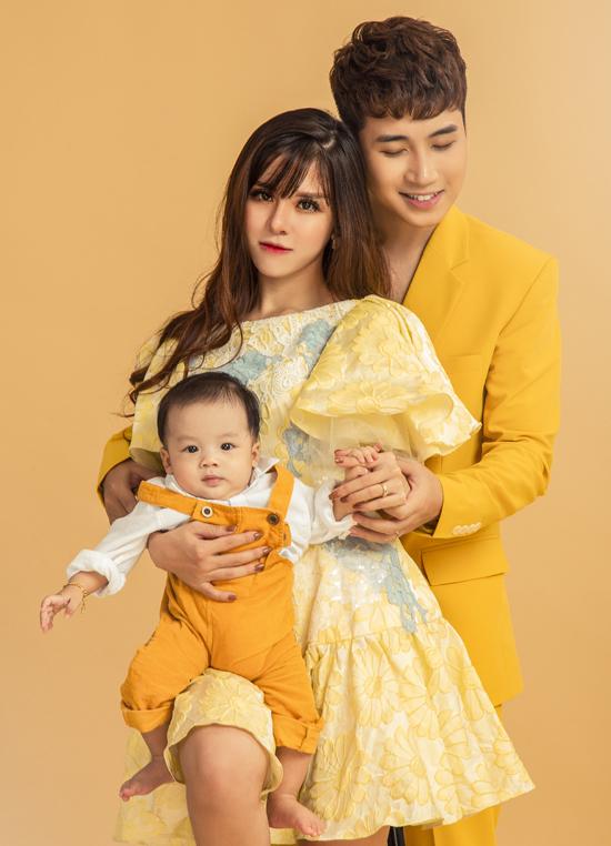 Huy Cung cùng vợ và con trai trong bộ ảnh kỷ niệm