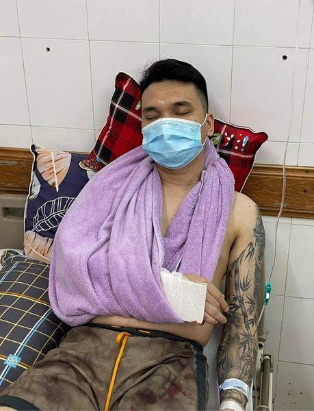 Nam ca sĩ bị gãy xương cổ tay phải trong lúc tập kickboxing