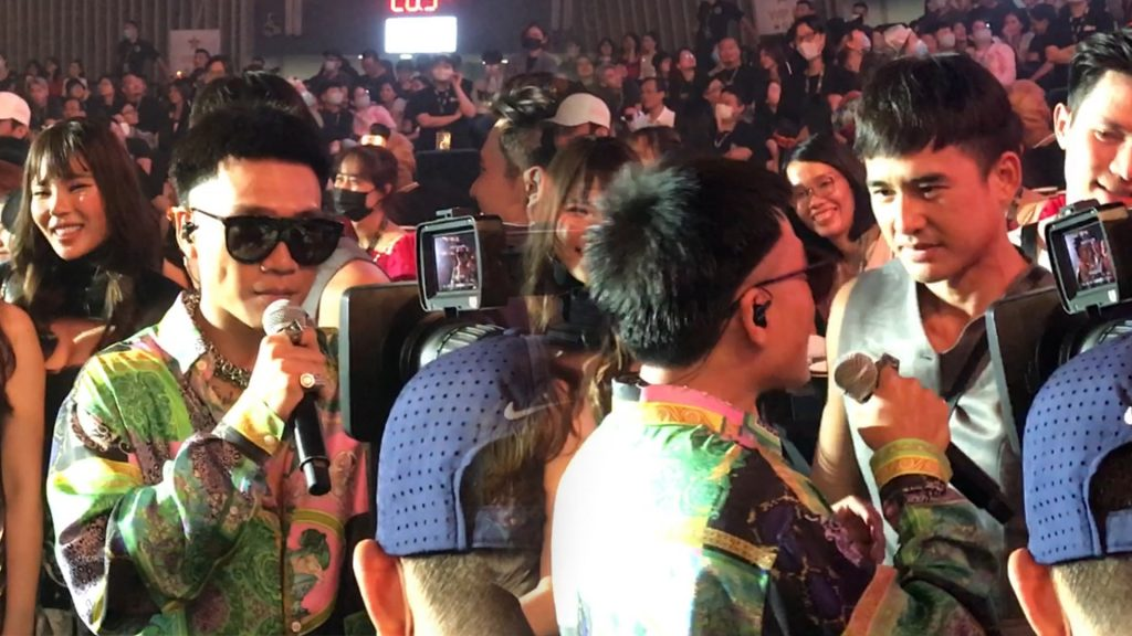 Wowy làm MC hậu trường đi phỏng vấn khách mời tại Concert Rap Việt