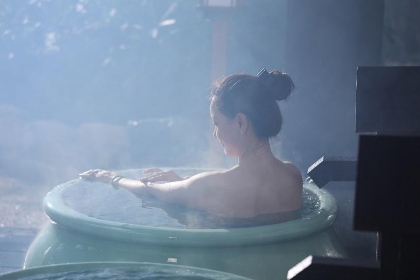 Ngâm mình trong nước nóng có tác dụng thư giãn, tăng tuần hoàn hỗ trợ quá trình giảm cân