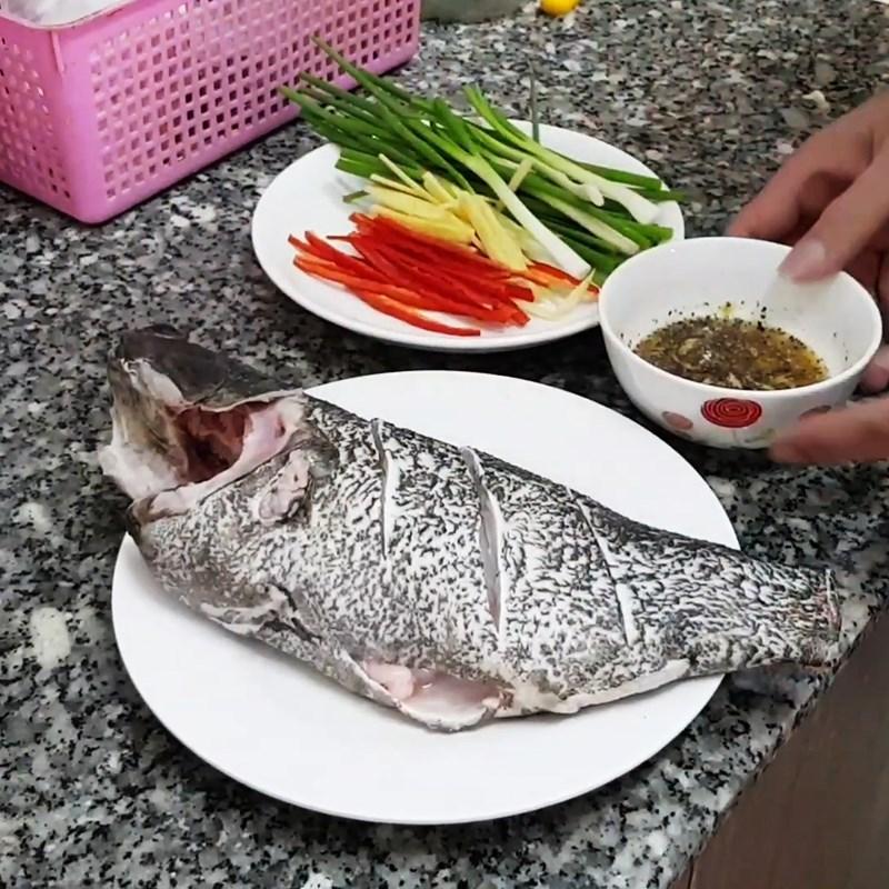 Hãy nhớ ướp cá trước khi kho ít nhất 30 phút để cá thấm gia vị