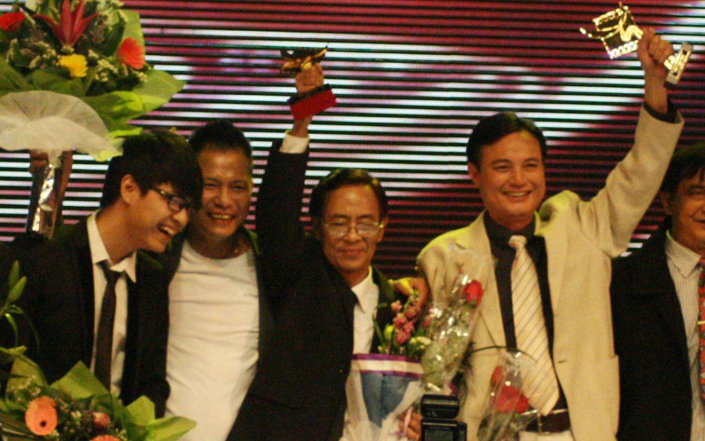 Lúc sinh thời cố thi sĩ nhiều lần được vinh danh ở những hạng mục giải thưởng quan trọng