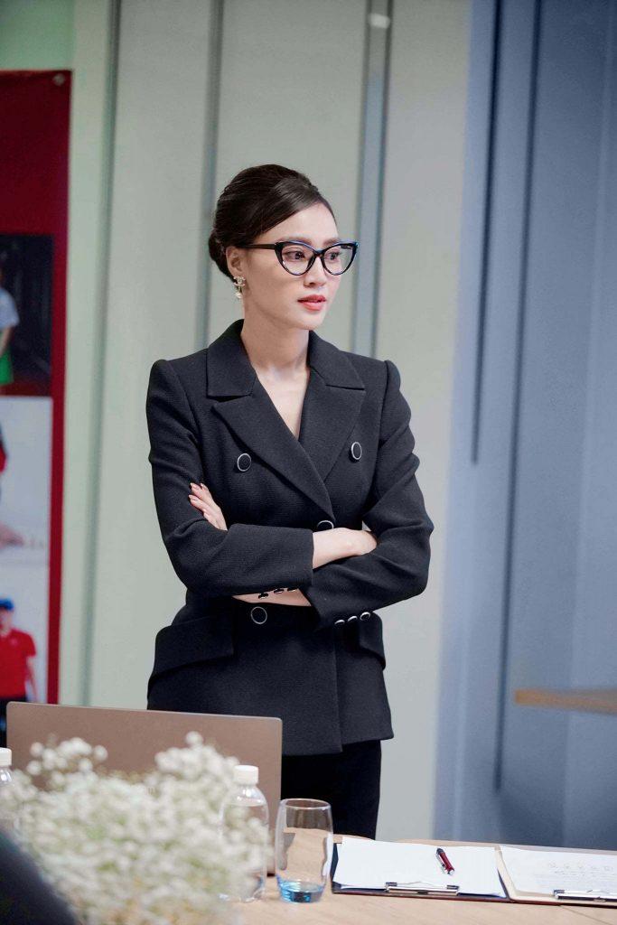 Ninh Dương Lan Ngọc thể hiện vai Linh Lan một cô gái cá tính, thành công sợ kết hôn