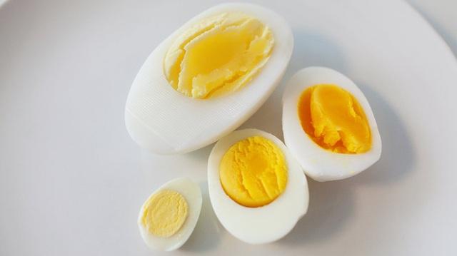 Trứng ngỗng có kích cỡ khá lớn, gấp 3 lần trứng gà