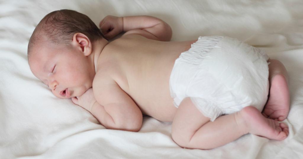 Cho bé nằm sấp để hạn chế tình trạng trẻ sơ sinh bị bẹp đầu