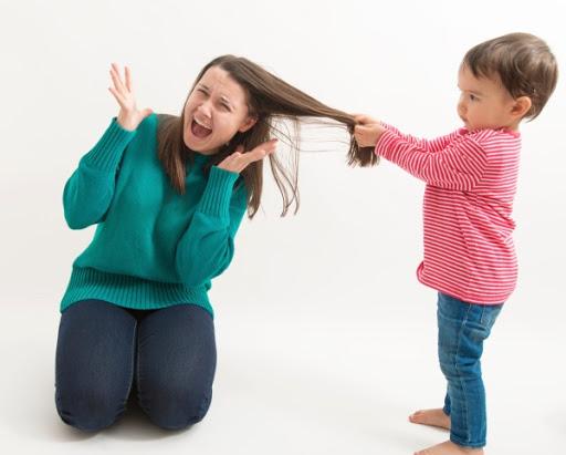 Trẻ giật tóc mẹ: Lý do tại sao và biện pháp ngăn chặn?