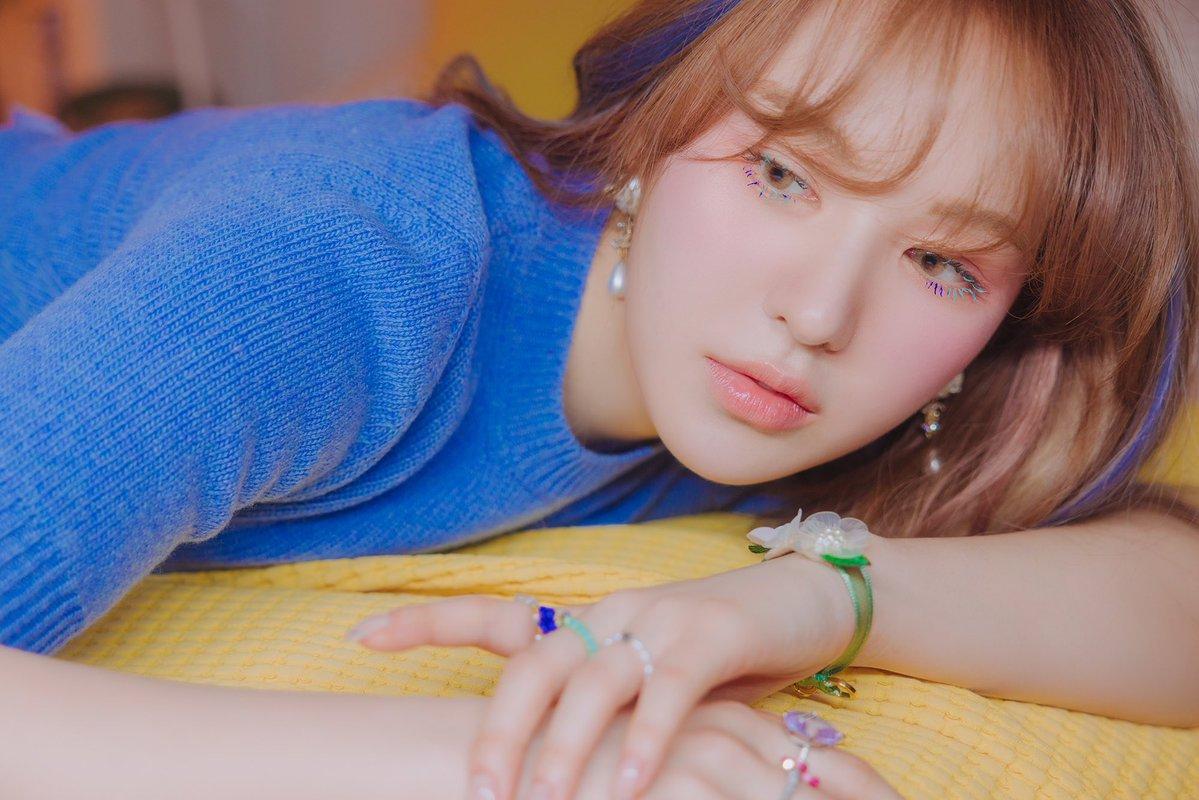 """Wendy (Red Velvet) """"gây sốt"""" với tạo hình lung linh trên sân khấu debut solo"""