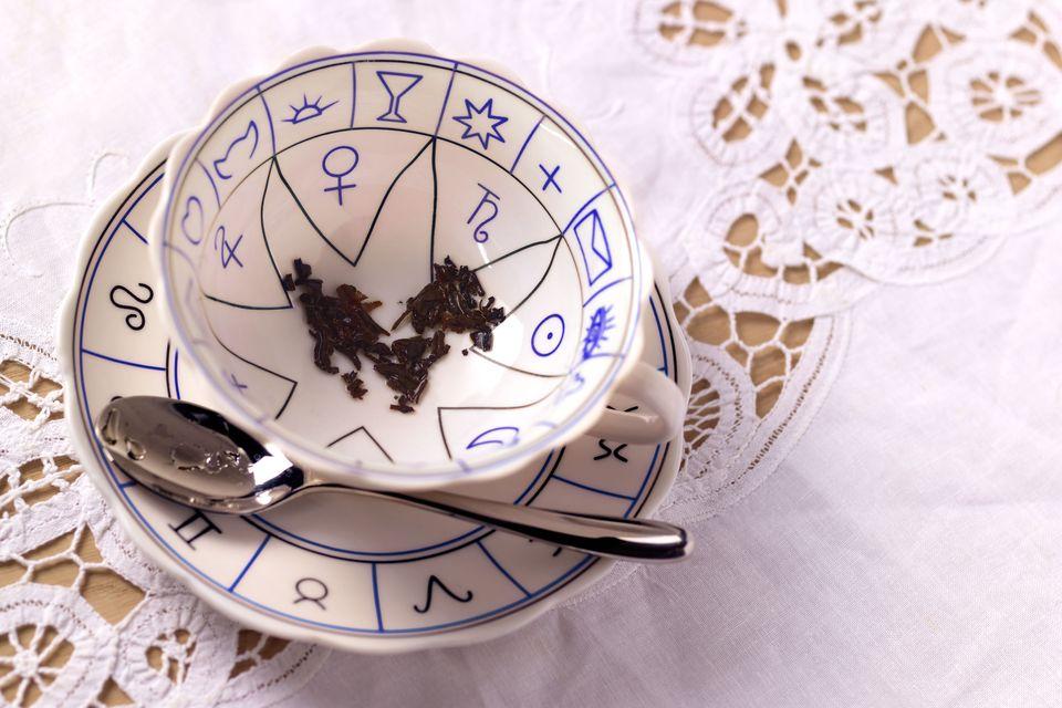 Bói lá trà là gì? Nguồn gốc và những điều cơ bản về bói lá trà