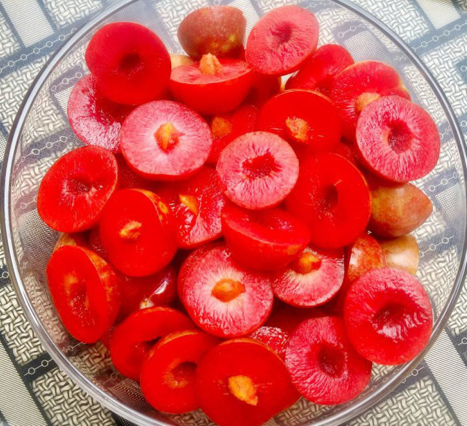 Cách làm mận lắc muối ớt ngon là phải cắt mận làm đôi để gia vị ngấm vào bên trong