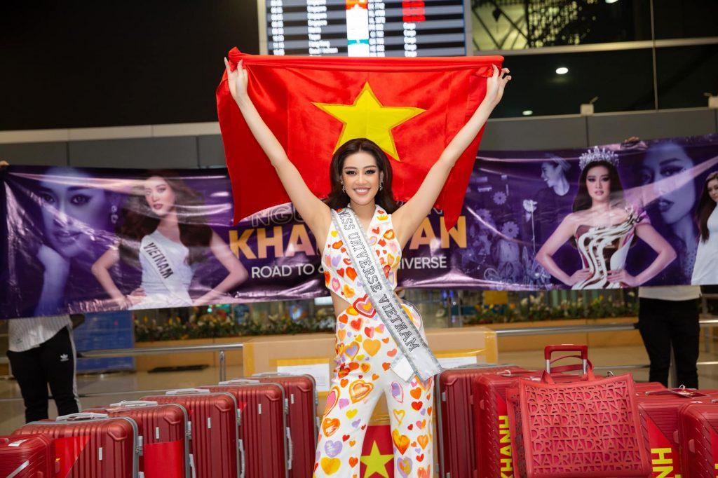 Hoa hậu Khánh Vân mặc bộ quần áo có vẽ hàng ngàn trái tim tại sân bay Tân Sơn Nhất