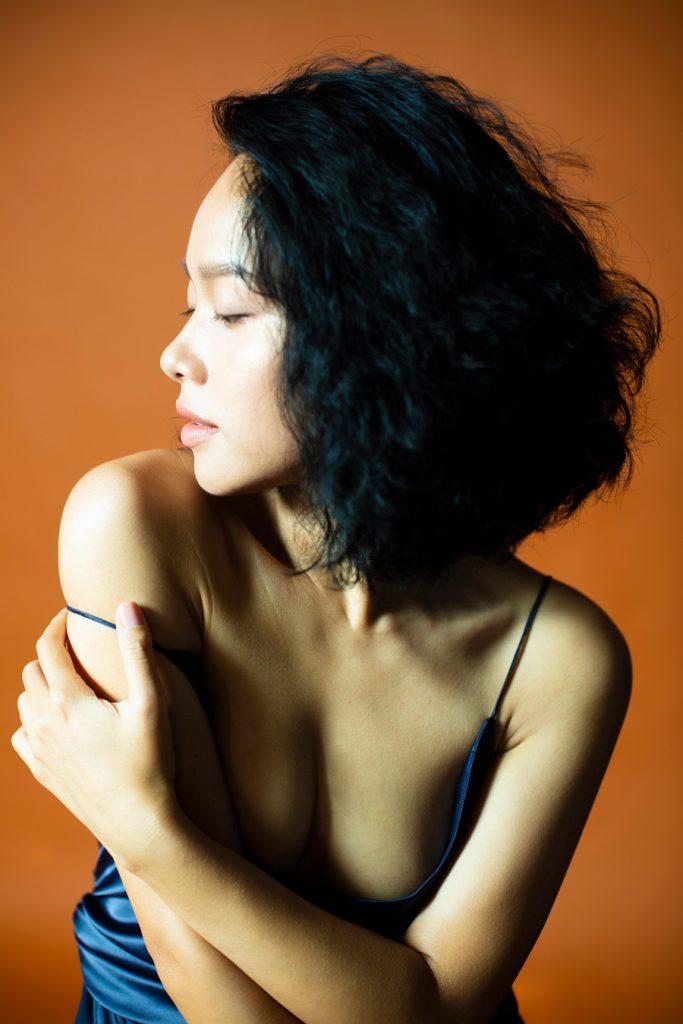 Ca sĩ Hoàng Quyên chụp ảnh táo bạo, gợi cảm sau khi ly hôn hình 4
