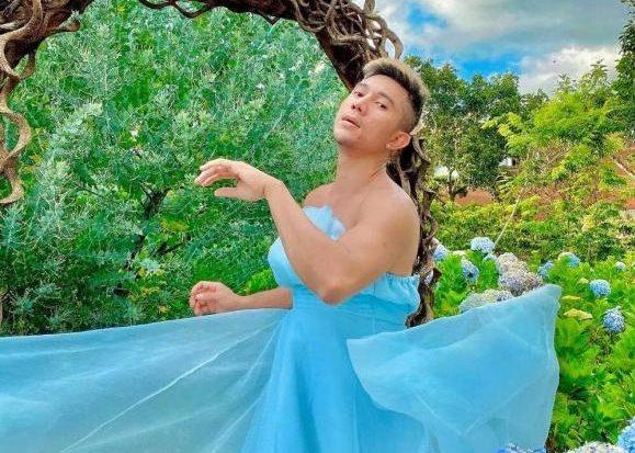 Lương Bằng Quang tung bộ ảnh mặc váy voan cúp ngực giữa vườn cẩm tú cầu