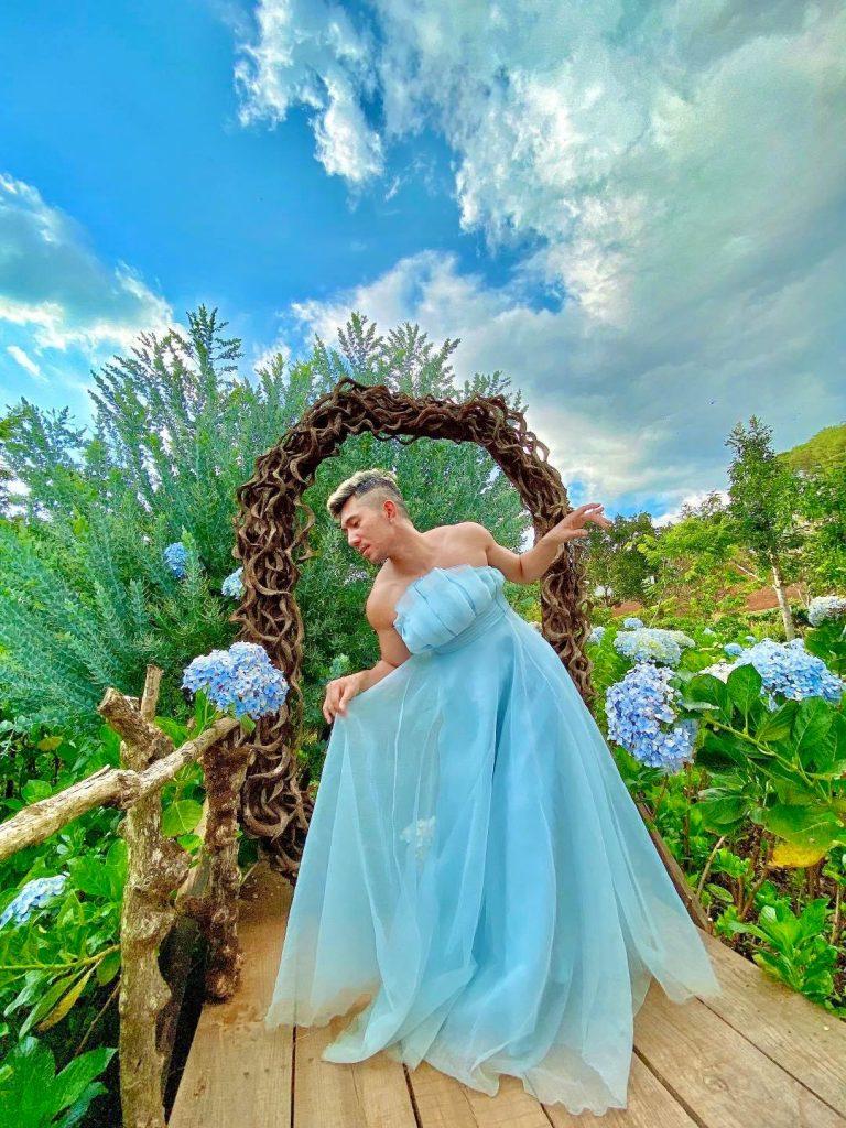 Lương Bằng Quang diện váy voan mỏng tang tạo dáng lả lơi ở vườn hoa cẩm tú cầu