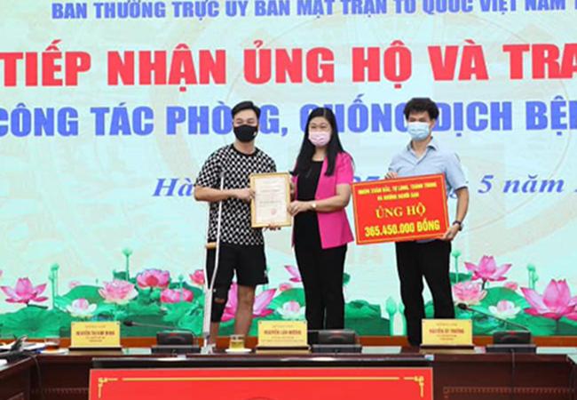 MC Thành Trung, Xuân Bắc trao 365 triệu đồng ủng hộ quỹ Covid-19 hình 1