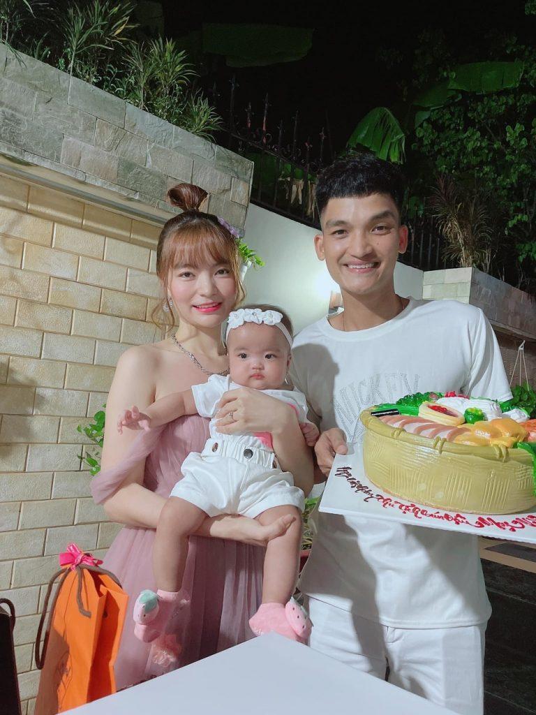 Vợ chồng Mạc Văn Khoa thường xuyên khoe ảnh con gái đầu lòng lên facebook
