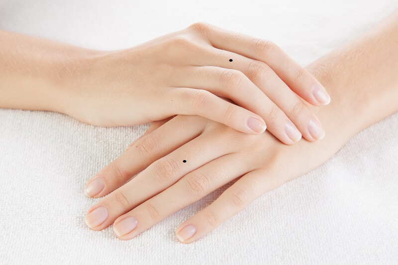 Giải mã vị trí nốt ruồi trên ngón tay: Nốt ruồi trên ngón giữa tình duyên tốt