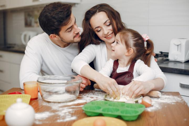 Những lợi ích ba mẹ không ngờ tới khi dạy trẻ nấu ăn