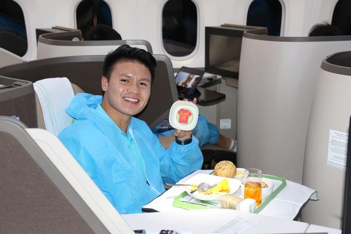 Hé lộ món ăn đặc biệt trên chuyên cơ đưa Đội tuyển Việt Nam về nước
