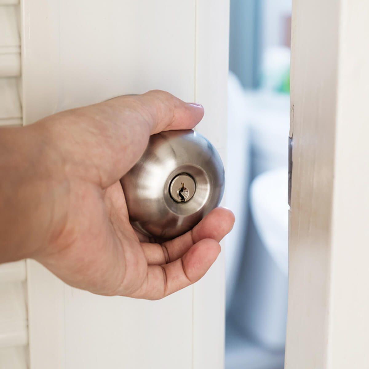 không nên khóa kín cửa