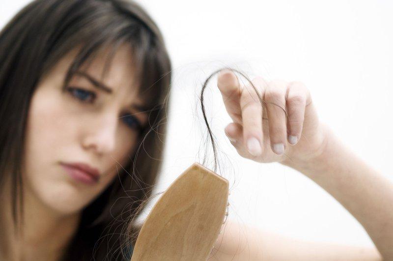 Rụng tóc sau sinh là gì? Nguyên nhân và cách khắc phục hình 1