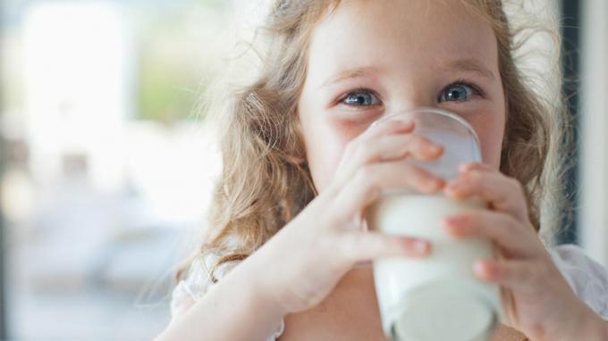 Trẻ 1 tuổi uống sữa tươi gì: Giải đáp thắc mắc của các bà mẹ bỉm sữa!