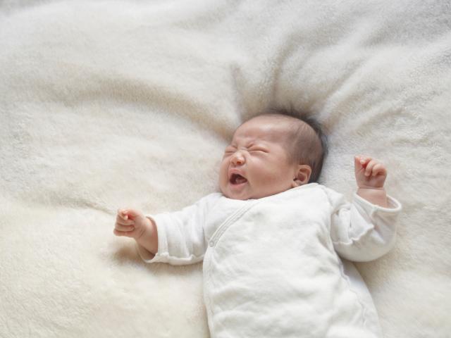 Trẻ hay giật mình vào nửa đêm: bình thường hay bất thường?