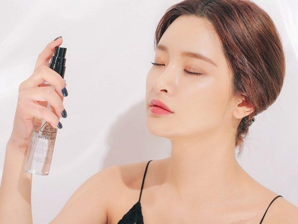 Sử dụng xịt khóa make up