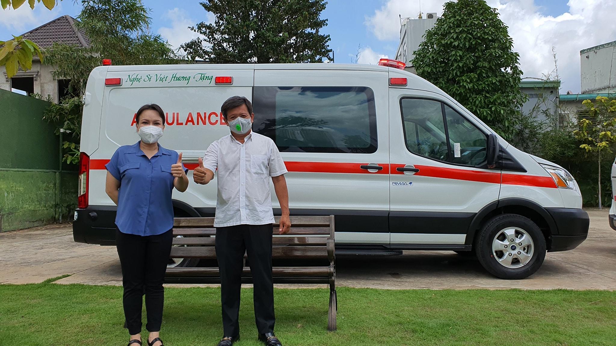 Nghệ sỹ Việt Hương nhận xe cứu thương, giao tặng ông Đoàn Ngọc Hải